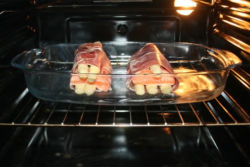 32 - Auflaufform in Ofen schieben / Put casserole in oven