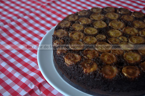 Bolo invertido de chocolate com banana