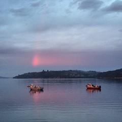 La bahía de Chonchi con un destello rojo