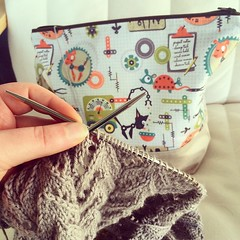 #widn @thenaturalneedler after an afternoon of working in the garden I am sitting with my feet up working on my #hitofude :) @knitfitch and @graindeep.sonya.isac what are you up to?