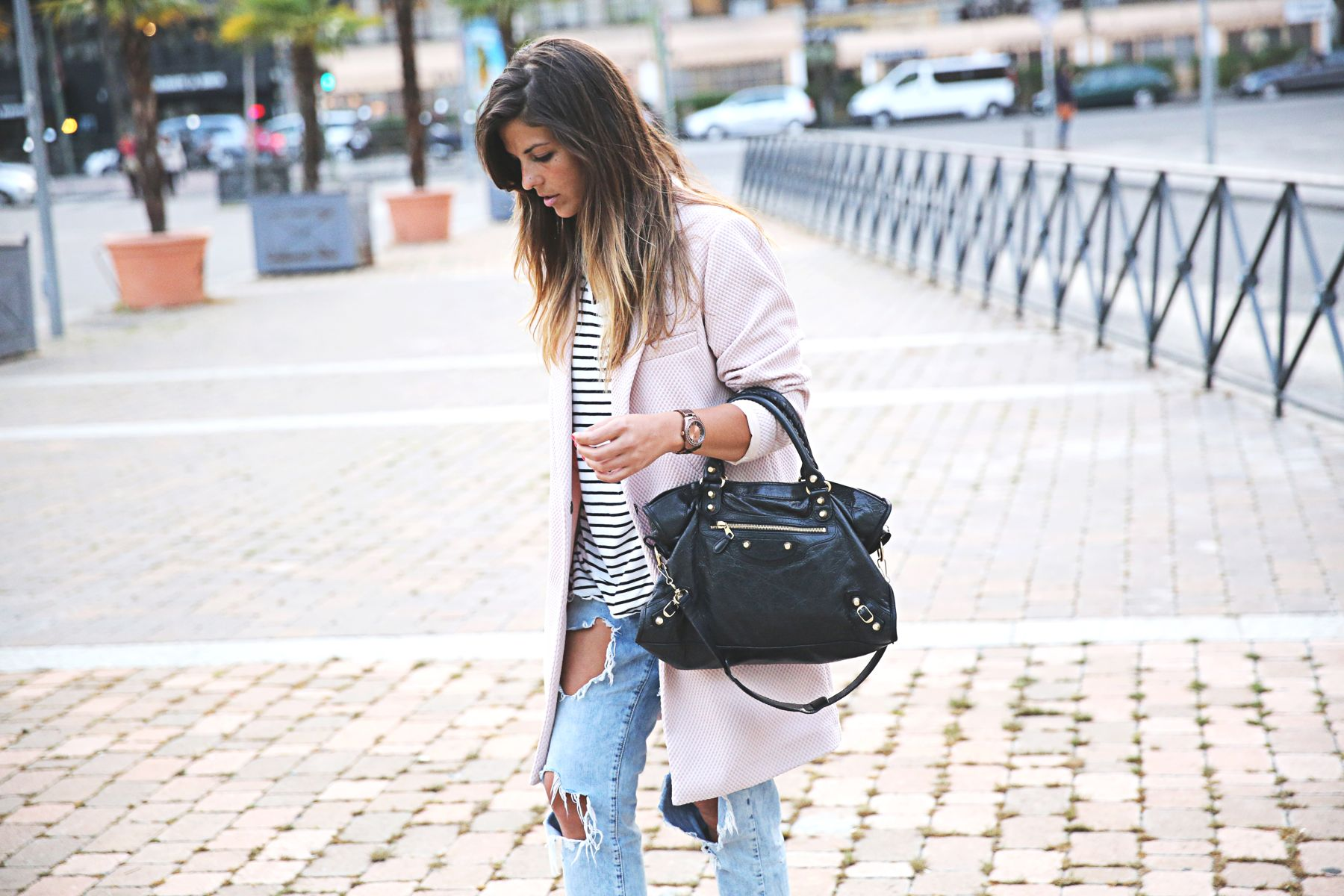 trendy-taste-look-outfit-street-style-sport-chic-camiseta-rayas-navy-marinero-boyfriend-ripped-jeans-vaqueros-rotos-adidas-superstar-2