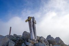 鷲羽岳山頂・・・強風の中、20分以上待つがガスは晴れず展望ゼロ