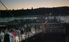 Einschiffung auf einem Restaurantschiff zur Abendfahrt entlang der festlich beleuchteten Budapester Donaupromenade