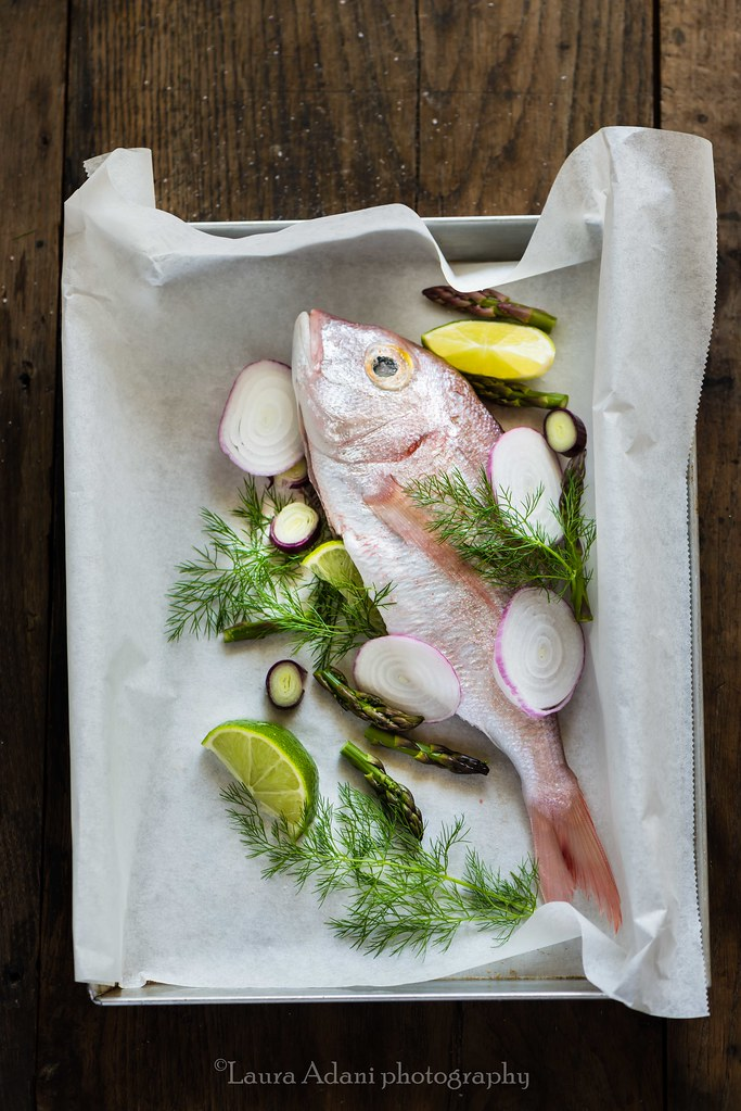 Fish in parchment with asparagous, spring onion and lime