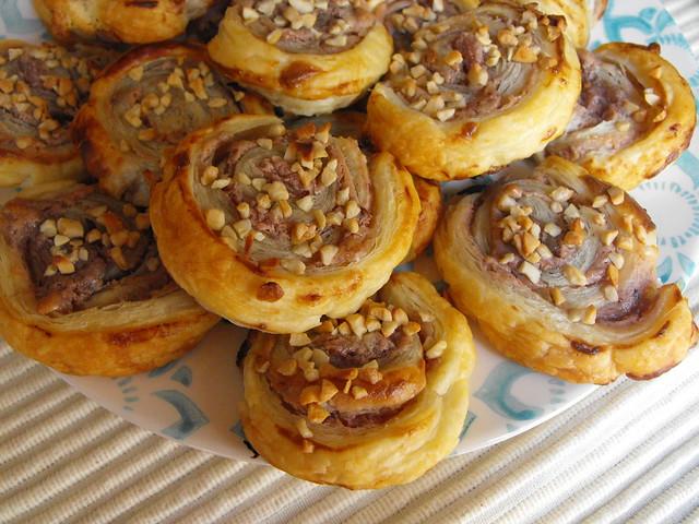 Folhadinhos com queijo creme e doce de framboesa