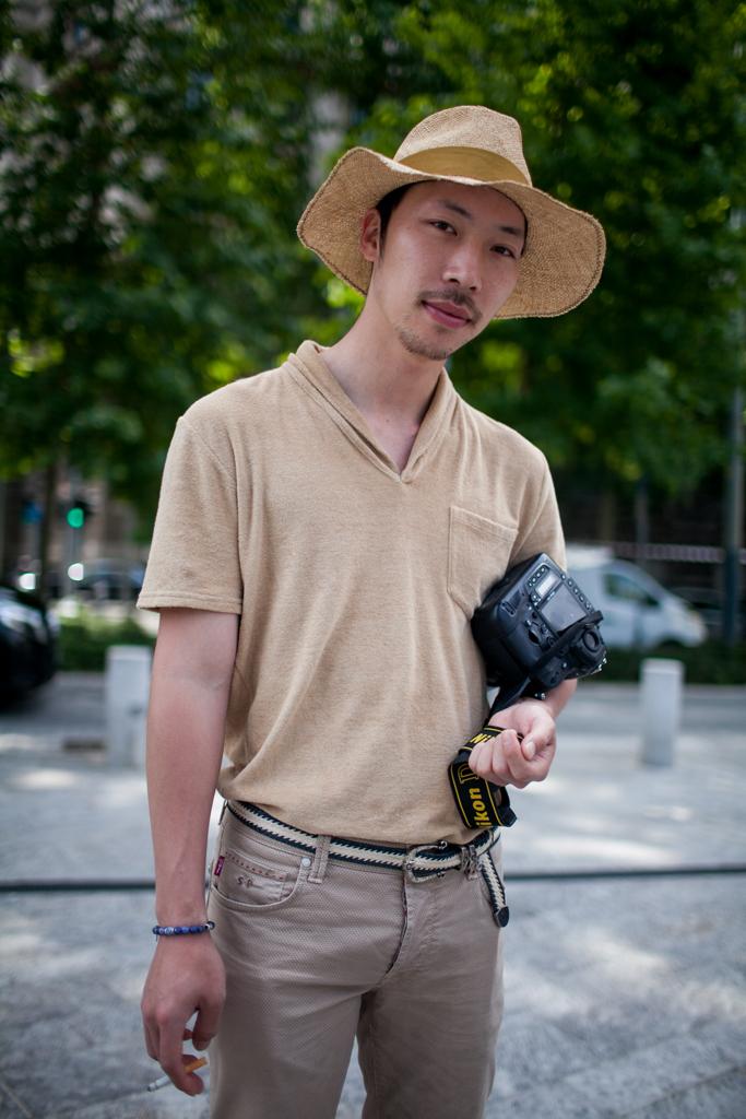 ストローハット×ベージュポケットTシャツ×ベージュパンツ