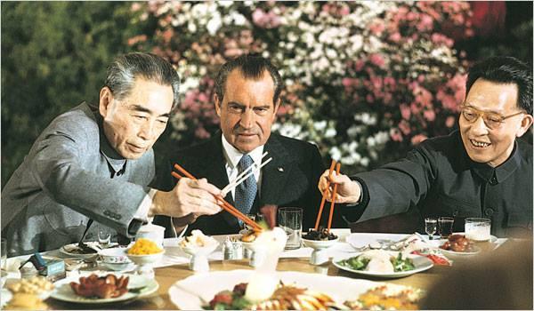 1972年2月,美國總統尼克松訪華,周恩來、張春橋設宴招待。