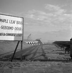Noodbrug over de IJssel gebouwd door het 1e Canadese Leger, 2 januari 1946   Temporary bridge build by the 1st Canadian Army, 2nd January 1946   Pont temporaire construit par la 1re armée canadienne, 2 janvier 1946