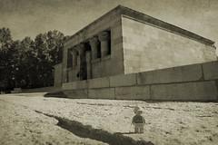 Arqueóloga en el Templo de Debod