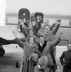 Vier Nederlandse bruidsparen vertrekken naar Canada, 26 maart 1954   Four Dutch newlyweds leaving for Canada, 26 maart 1954   Quatre jeunes mariés partirent au Canada, 26 mars 1954