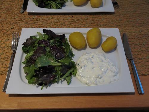 Pellkartoffeln, Kräuterjoghurt und Salat