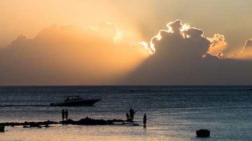 sunset water clouds lights boat indianocean fisher mauritius nuages bateau pêcheur océanindien monchoisy