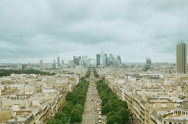 Большая арка Дефанс. Париж. La Defense from Arc de Triomphe. Paris