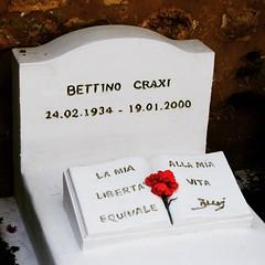 Kleine Entdeckung auf dem christlichen Friedhof von #Hammamet - Grab von Craxi. Er flüchtete ins tunesische Exil, um seiner Haftstrafe von 28 Jahren in Italien zu entgehen.