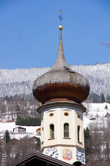 Kirchendach mit Schneegrenze