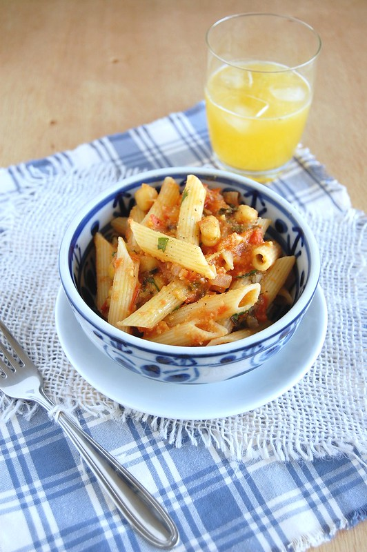 Penne with tomato and chickpea sauce / Penne com molho de tomate e grão de bico