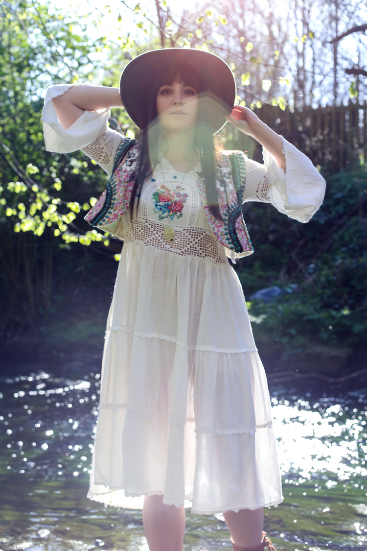 poses with roses fashion blog, uk style, vintage dress, hippy boho look