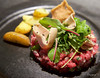 Tartare de bœuf charolais, copeaux de foie gras de canard fumé, salade d'herbes fraîches