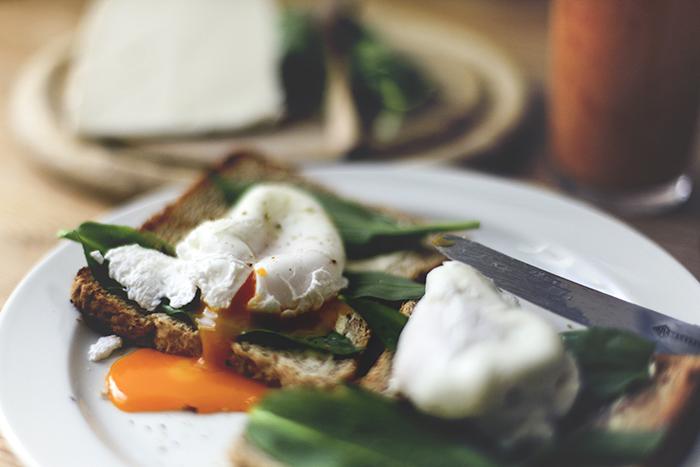 pochierte Eier zum Frühstück