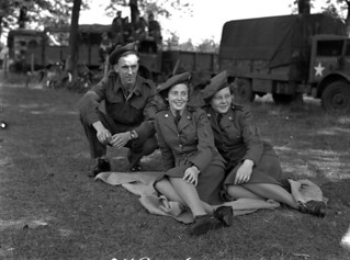 Lance-Corporal A.W. Hartung with Pipers Flossie Rose (centre) and Mona Michie... / Le caporal suppléant A. W. Hartung avec les joueuses de cornemuse Flossie Rose (au centre) et Mona Michie...