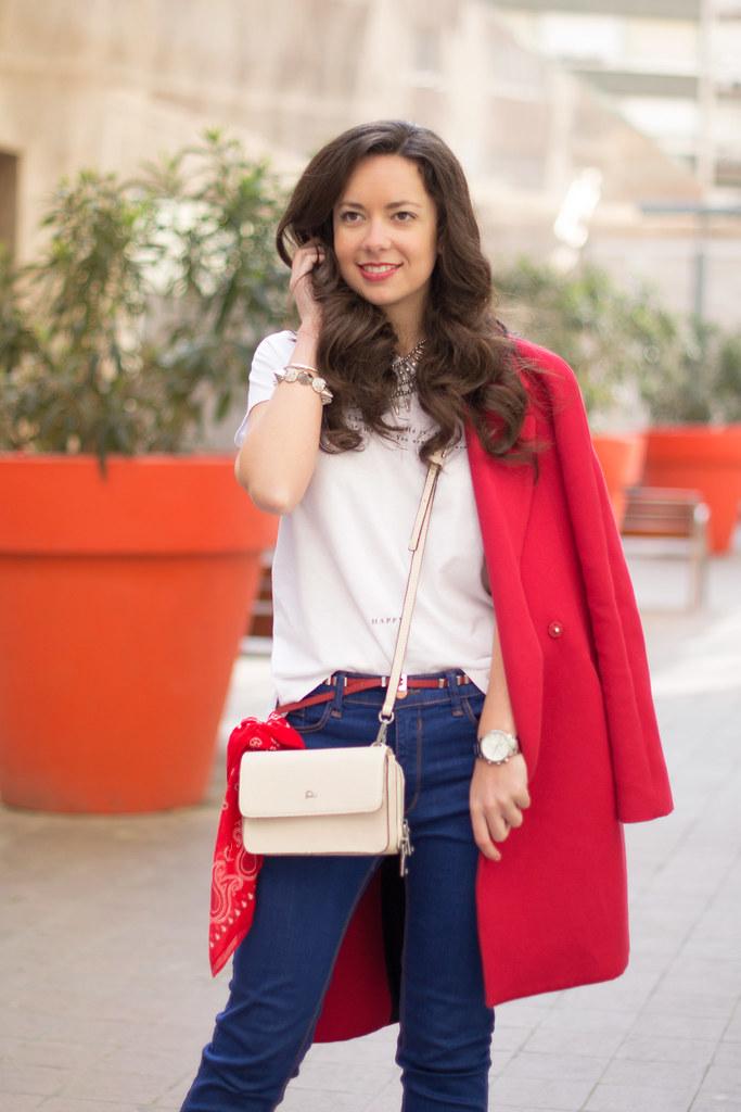 Cómo combinar un abrigo rojo en primavera