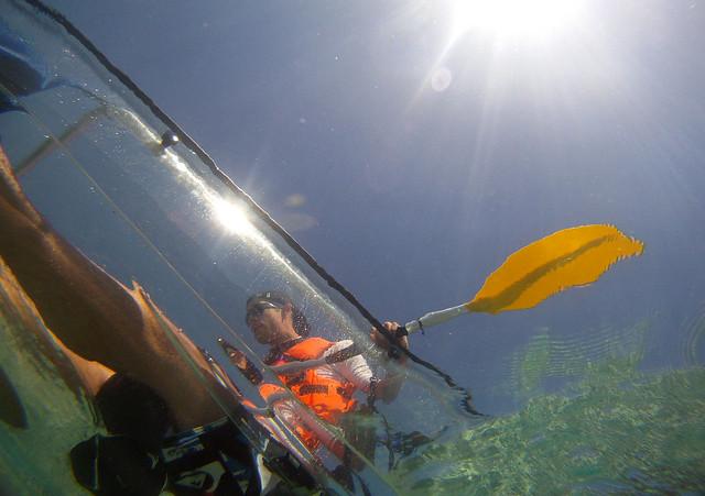 Perspectiva desde el mar del kayak transparente