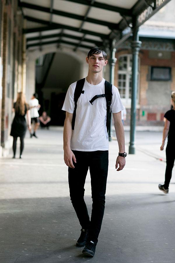 白無地Tシャツ×黒パンツ×黒スニーカー
