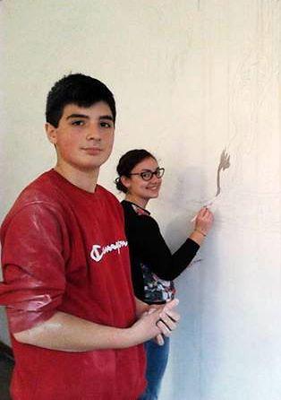 studenti e genitori tinteggiano aule scuola