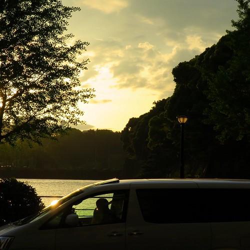 皇居のお堀から見る夕焼け。