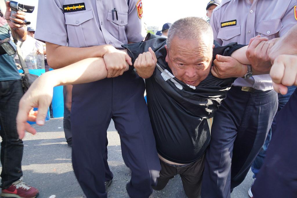 警方執行強制驅離。(攝影:王顥中)