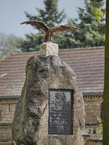 Adler neu, auf Steinsockel