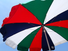 wing(0.0), flag(0.0), sport kite(0.0), umbrella(1.0), red(1.0), wind(1.0),