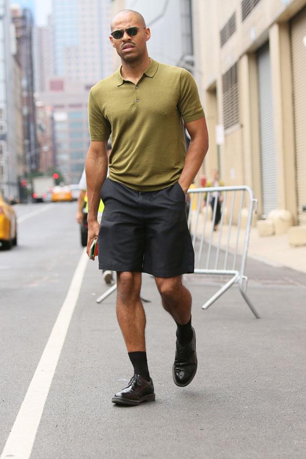 オリーブポロシャツ×チャコールグレーショートパンツ×黒ウイングチップシューズ