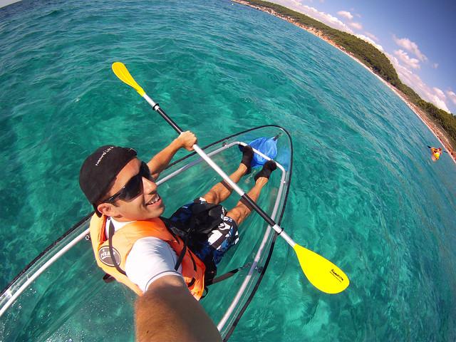 Remando a tope con el kayak transparente