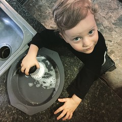 it\'s all hands on deck around here. #mommyslittlehelper #givingthedishesabath