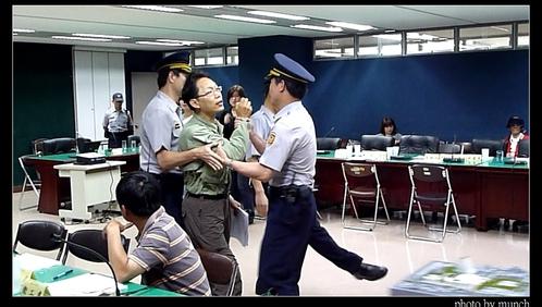 吳盛忠叫警察拉走參與民眾。攝影:Munch