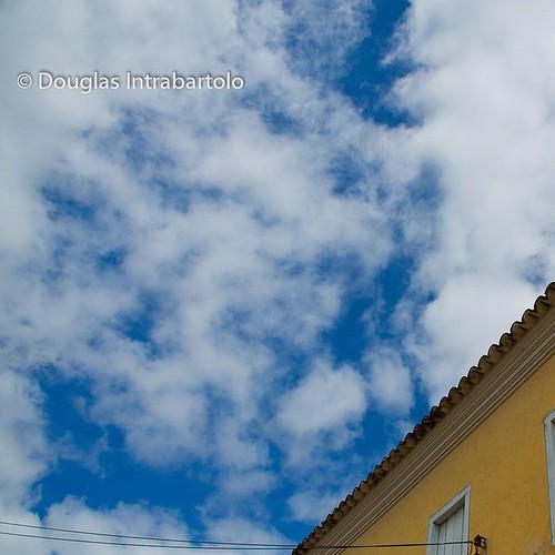 #cena de #ceu no #casario #baiano em #Condeúba #Bahia #azul #Intrabartolo #douglasfotografias #fotograforibeiraopreto #amarelo #eira #beira