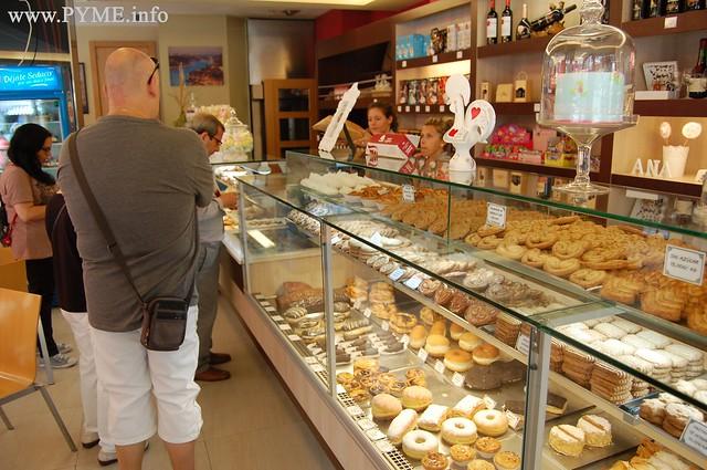 Varios clientes esperan para adquirir productos en la pasteleria Vasco da Gama