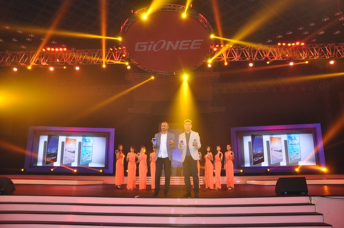 Arvind.R.Vohra, Country CEO & MD - Gionee India with William Lu, President of Gionee unveling the Gionee ELIFE S7 in India..