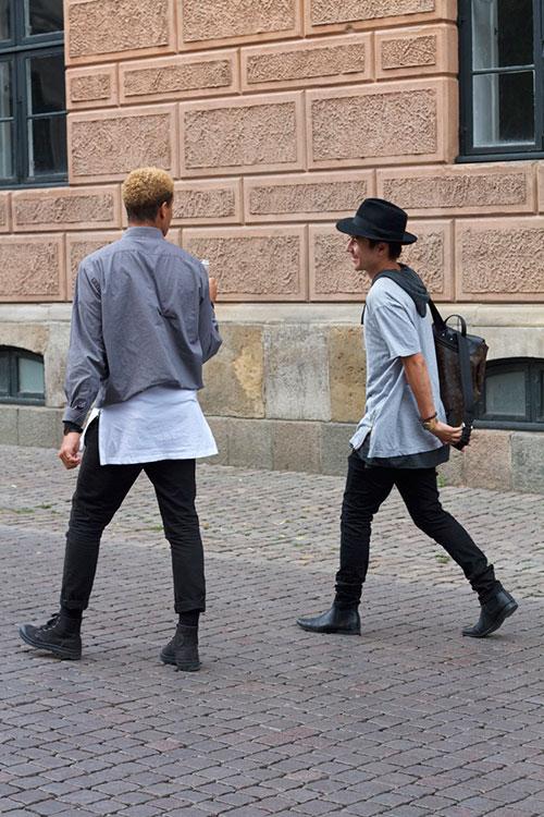 黒グレーコーデ スイングトップ&Tシャツ×パーカーの重ね着