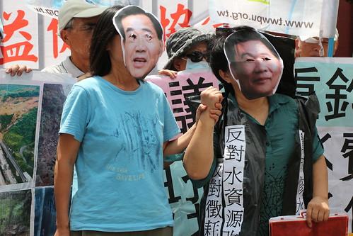 行動劇中的角色分別是台南市議長李全教跟國民黨立委翁重鈞兩人,握緊雙手似乎合作無間。攝影:黃小玲