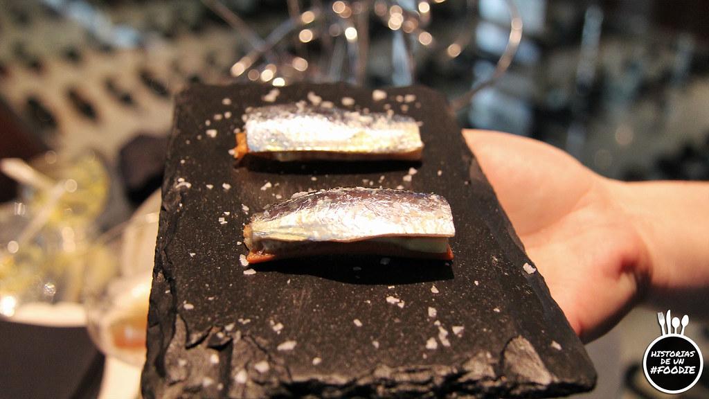 Sardina parrocha escavechada en vino de uva albillo con una base de pan de aceite y crujiente de pepino