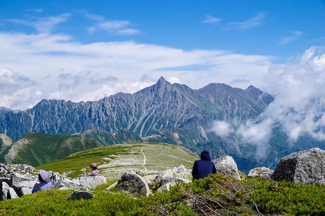 双六岳山頂から眺める槍ヶ岳