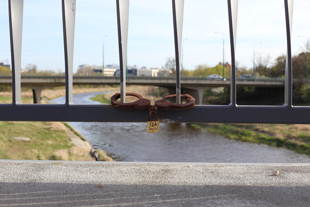 Lovers always find a way to mount the lock on the bridge