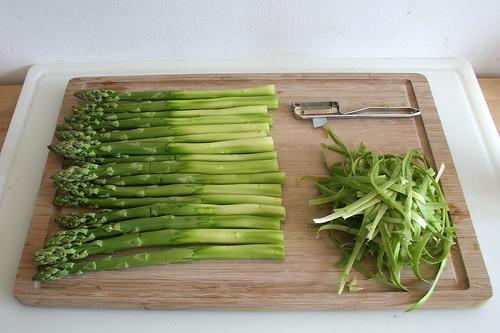 15 - Unteres Drittel des Spargels schälen / Peel lower third of asparagus
