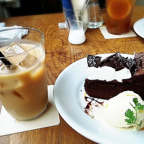 江坂のカフェにてガトーショコラとアイスミルクティー。ガトーショコラにはバニラアイスがついてて得した気持ち。