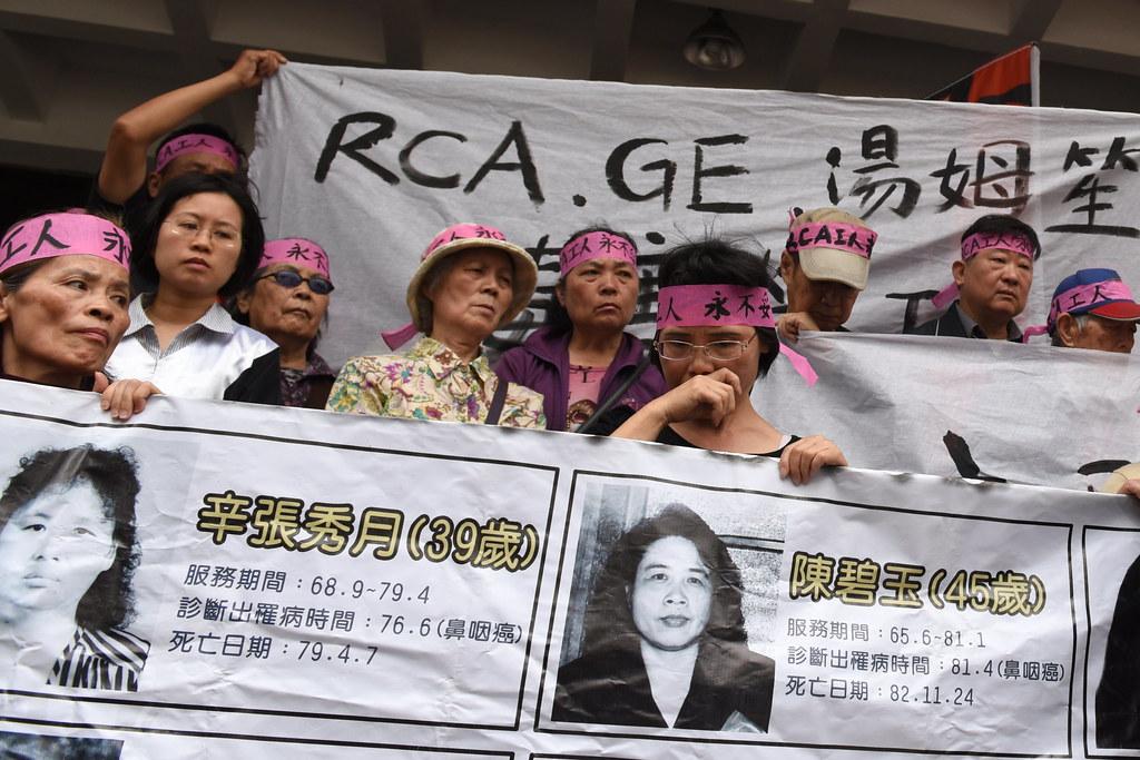 RCA工人帶著已病故的伙伴照片,見證一審判決結果。(攝影:宋小海)