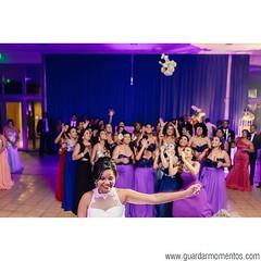 Osiris #lanza su #ramo  #bouquet #bouquettoss #flowerstoss #flowers #bridesmaids #bridal #bride #lanzarelramo #intheair #moments  #momentos #fun #purple #morado #panamawedding #panamabodas #weddingphotographer #fotografodebodas #panama