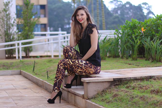 7-lookdodia calça estampada e blusa preta