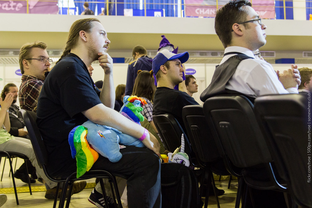 Посетитель Руброникона-2015 с плюшевой игрушкой Rainbow Dash